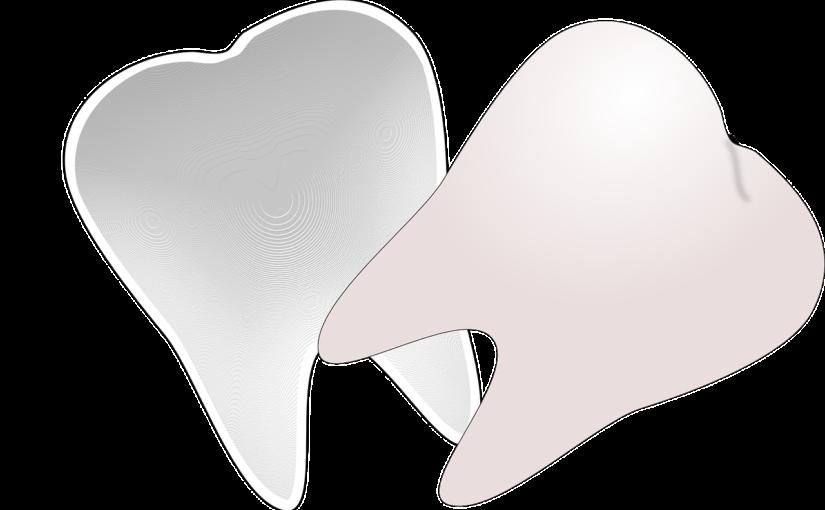 Śliczne nienaganne zęby także doskonały prześliczny uśmiech to powód do dumy.